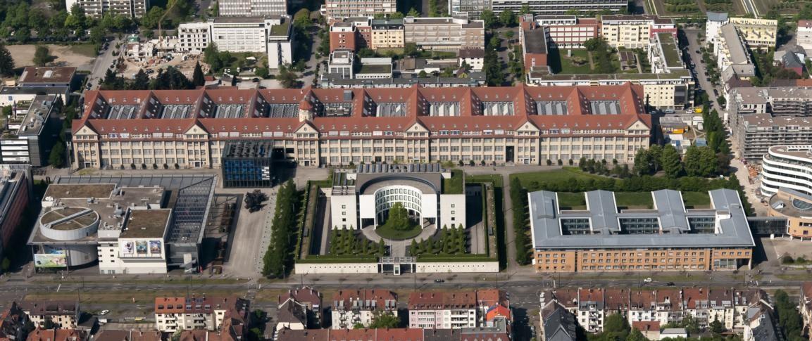 Bundesanwaltschaft Karlsruhe, im Hintergrund ZKM